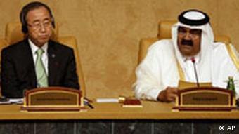 Ban Ki-Moon sitzt bei der Eröffnung der Doha-Konferenz neben derm Emir von Qatar, Scheich Hamad bin Chalifa Al-Thani (Quelle: AP)