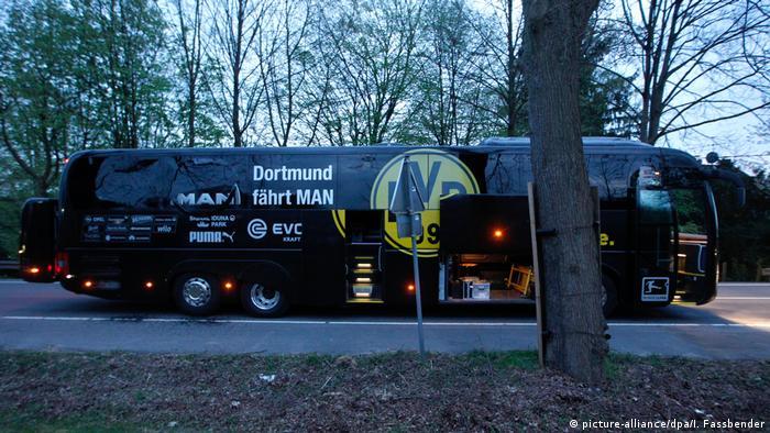 Автобус команды Боруссия, возле которого произошли взрывы