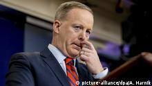11.04.2017 White House press secretary Sean Spicer pauses while talking to the media during the daily press briefing at the White House in Washington, Tuesday, April 11, 2017. Spicer discussed Syria, Trump's 2016 tax returns, the Easter Egg Roll and other topics. (AP Photo/Andrew Harnik)  ***Optimiert für mobile Angebote***