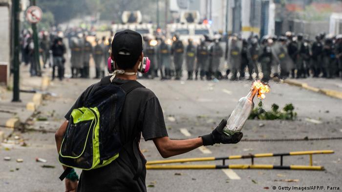 Venezuela Ausschreitungen Demonstrant Molotov-Cocktail Polizei