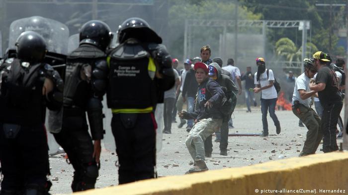 Policiais e manifestantes em confronto durante protesto na cidade venezuelana de Valencia, em abril de 2017