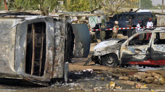 Burnt-out cars after a sucide bombing by Hoko Haram (picture-alliancce/AP Photo/S. Maikatanga)