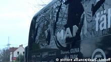 Der Bus von Borussia Dortmund steht mit einer beschädigten Scheibe am 11.04.2017 in Dortmund (Nordrhein-Westfalen) an einer Straße. Kurz nach der Abfahrt der Mannschaft von Dortmund vom Hotel zum Stadion sind in der Nähe des Mannschaftsbusses drei Sprengsätze explodiert. Das teilte die Polizei in Dortmund am Dienstagabend mit. Der BVB-Bus wurde nach Vereins-Angaben an zwei Stellen beschädigt. Eine Person wurde verletzt in ein Krankenhaus gebracht. Foto: Carsten Linhoff/dpa +++(c) dpa - Bildfunk+++   Verwendung weltweit