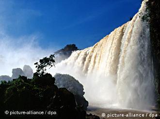 نهر النيل يهب الحياة للصحراء
