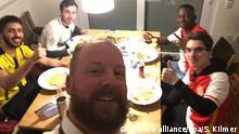 HANDOUT - BVB-Fan Stefan Kilmer (M) macht am 11.04.2017 in Dortmund (Nordrhein-Westfalen) in seinem Esszimmer nach der Absage des Champions-League-Spiels Borussia Dortmund - AS Monaco ein Selfie mit BVB- und Monaco-Anhängern zusammen. AS Monaco haben Dortmunder unter #bedforawayfans Schlafplätze angeboten und Anhänger des AS Monaco beherbergt. In der Nacht wurden in den sozialen Netzwerken Fotos von BVB- und Monaco-Fans gepostet, die gemeinsam am Tisch saßen und aßen. (zu dpa «Solidarität im Internet - Monaco will Fans finanziell unterstützen» vom 12.04.2017 - ACHTUNG: Nutzung nur zu redaktionellen Zwecken im Zusammenhang mit der aktuellen Berichterstattung und vollständiger Nennung der Quelle Foto: Foto: Stefan Kilmer/dpa +++(c) dpa - Bildfunk+++ |