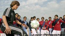 FILE - German soccer coach Monika Staab (L) gives instructions to Pakistani female soccer players during a training session in Muzaffarabad the capital of Pakistani administered Kashmir 04 December 2007. EPA/NASIRUDDIN MUGHAL (zu dpa «Katars Fußball-Nationaltrainerin Staab schließt WM 2022 im Sommer aus» vom 05.03.2014) +++(c) dpa - Bildfunk+++ +++(c) dpa - Bildfunk+++  