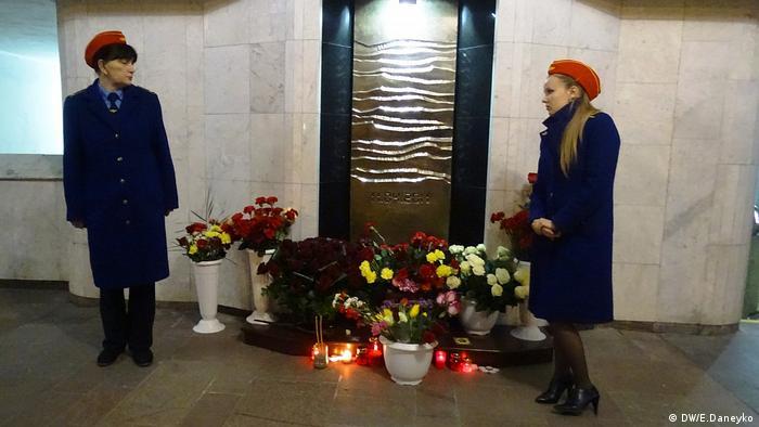 Мемориальный знак, цветы и свечи в память жертв теракта в минском метро