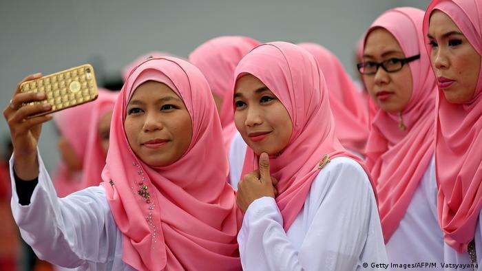 دین رسمی مالزی با ۶۱درصد جمعیت مسلمان، اسلام است. توریستها در انتخاب لباس آزادند؛ البته در اماکن مذهبی و مساجد باید با لباس پوشیده و روسری وارد شوند. بیشتر زنان مالزی محجبهاند اما روسریها و مقنعههایی به رنگهای شاد به سر میکنند و چیزی به نام چادرمشکی نمیشناسند. بیحجابی زنان مسلمان جرم تلقی نمیشود و حجاب امری شخصی و اعتقادی به شمار میرود.