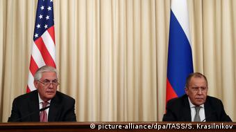 Moscow meeting of Rex Tillerson and Sergei Lavrov (picture-alliance/dpa/TASS/S. Krasilnikov)
