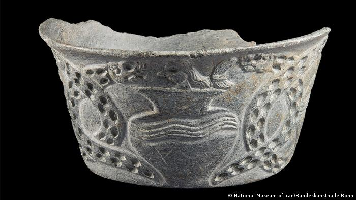 Изображение змей часто встречается на домашней утвари джирофтской культуры - как на этой чаше из горшечного камня, изготовленной в третьем тысячелетии до н. э.