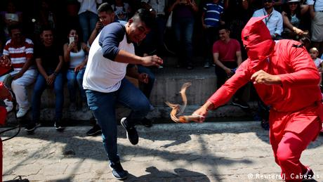 Преди празника на Възкресението християните по цял свят напомнят за страданията и кръстната смърт на Исус Христос. Страстната седмица в Ел Салвадор започва с появата на т. нар. демони, които биват прогонвани от минувачите с камшик