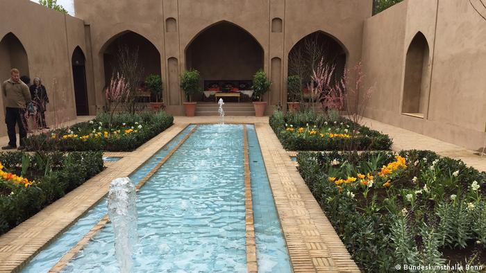 Персидский сад у здания федерального выставочного зала в Бонне.