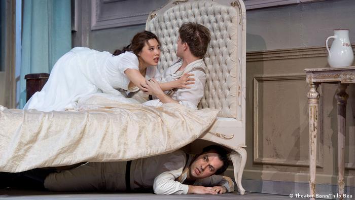 Ο Γουλιέλμος - Γιώργος Κανάρης - κάτω από το κρεβάτι ακούει σημεία και τέρατα από την αγαπημένη του...