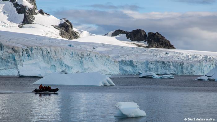 Antarctic Biennale 2017 | Zodiac Eisberg (DW/Sabrina Walker )