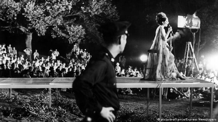 Barbra Streisand singing in Central Park (1967) (picture-alliance/Express Newspapers)