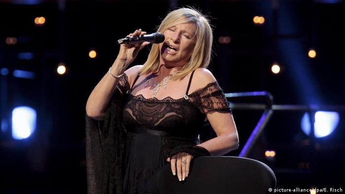 Barbra Streisand singing (picture-alliance/dpa/E. Risch)
