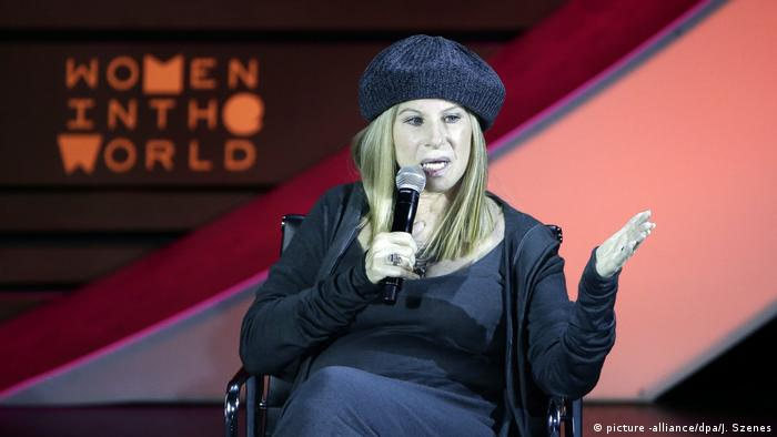 Barbra Streisand on stage at Women in the World Summit in New York (picture -alliance/dpa/J. Szenes)