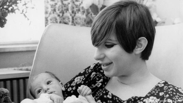 Barbra Streisand with her son as a baby (picture-alliance/Globe-ZUMA)