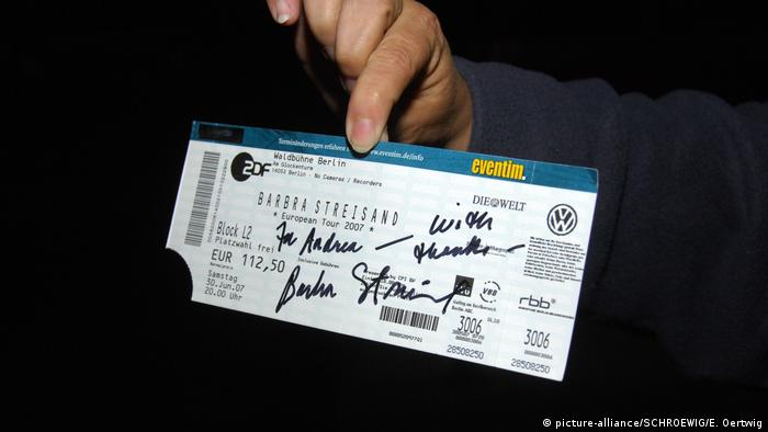 Concert ticket with autograph by Barbra Streisand (picture-alliance/SCHROEWIG/E. Oertwig)