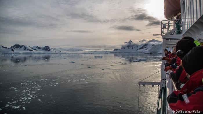 Antarctic Biennale 2017 | Schiff Leute (DW/Sabrina Walker)