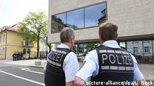 Zwei Polizisten stehen am 13.04.2017 vor dem Bundesgerichtshof (BGH) in Karlsruhe (Baden-Württemberg). Im BGH findet die Haftprüfung eines Verdächtigen statt, der im Rahmen der Fahndung nach den Tätern des Anschlags auf den Mannschaftsbus von Borussia Dortmund festgenommen wurde. Bisher gibt es keine Beweise, dass der Festgenommene an dem Anschlag beteiligt war. Foto: Uli Deck/dpa | Verwendung weltweit