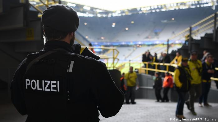 Dortmund - nach der Explosion am Bus - Sicherheit im Stadion (Getty Images/AFP/P. Stollarz)