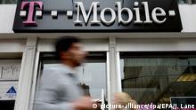 03.10.2012 ARCHIV - Menschen laufen am 03.10.2012 an einer Filiale von T-Mobile in New York (USA) vorbei. T-Mobile stellt am 17.02.2016 die Jahreszahlen vor. Foto: EPA/JUSTIN LANE +++(c) dpa - Bildfunk+++ |