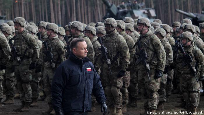 Polen Andrzej Duda mit NATO-Soldaten in Orzysz (picture-alliance/dpa/PAP/T. Waszczuk)
