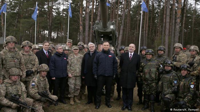 Polen Andrzej Duda mit NATO-Soldaten in Orzysz