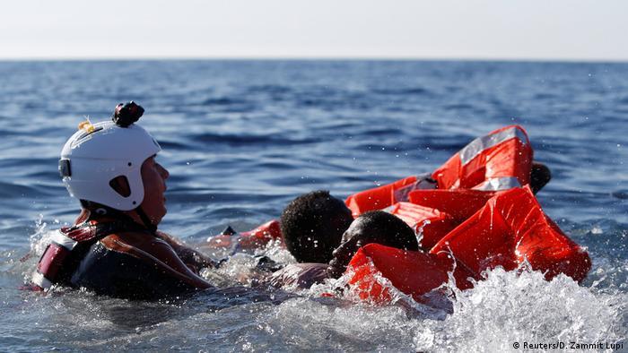 Libyen Mittelmeer - Flüchtlinge von Schlauchboot gerettet