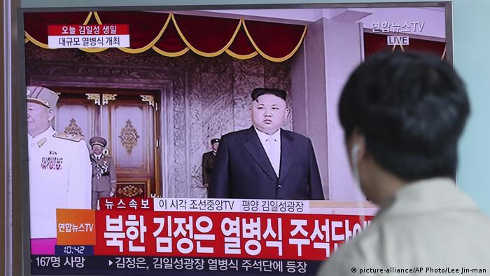 Südkorea Seoul - Fernsehübertragung der Nordkoreanischen Parade in Seoul Station (picture-alliance/AP Photo/Lee Jin-man)