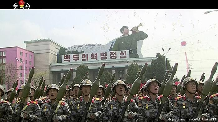 Fernsehübertragung der Militärparade in Nordkorea (picture-alliance/AP Photo/KRT)