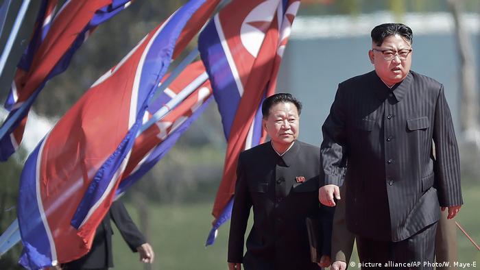 Nordkorea Kim Jong Un mit Choe Ryong Hae (picture alliance/AP Photo/W. Maye-E)