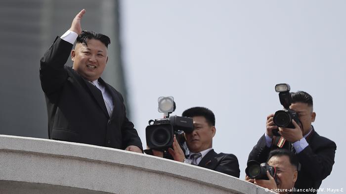 Nordkorea Militärparade in Pjöngjang Kim Jong Un (picture-alliance/dpa/W. Maye-E)