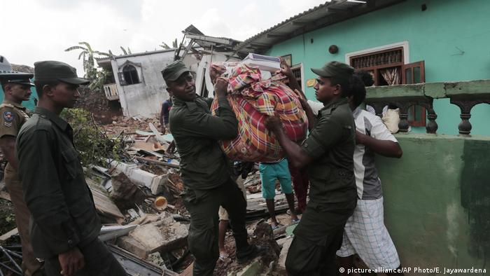 Sri Lanka Hangrutsch auf Mülldeponie in Colombo (picture-alliance/AP Photo/E. Jayawardena)