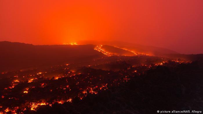 Italien Der Vulkan Ätna auf Sizilien (picture alliance/AA/S. Allegra)