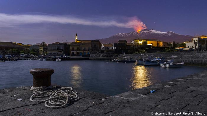 Etna erupting in Sicily. (picture alliance/AP Photo/S. Allegra)