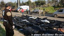 15.4.2017*** ALEPPO, SYRIA - APRIL 15:Dead bodies are seen near the wreckages of cars at the site after bomb-laden vehicle attack held to a convoy, carrying Syrian civilians and opponent forces members those were evacuated from al-Fu'ah and Kefriya districts of Idlib, after they arrived in Rashideen neighborhood of Aleppo, Syria on April 15, 2017. Ibrahim Ebu Leys / Anadolu Agency | Keine Weitergabe an Wiederverkäufer.