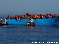 Деревянная лодка с беженцами, отправленная из Ливии, в Средиземном море