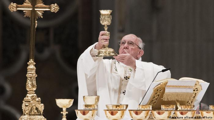 Pope Francis Holds The Easter Vigil Mass (picture alliance / NurPhoto)