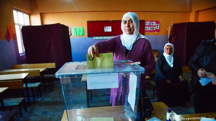 Türkei Referendum Wahllokal in Diyarbakir (Getty Images/AFP/I. Akengin)