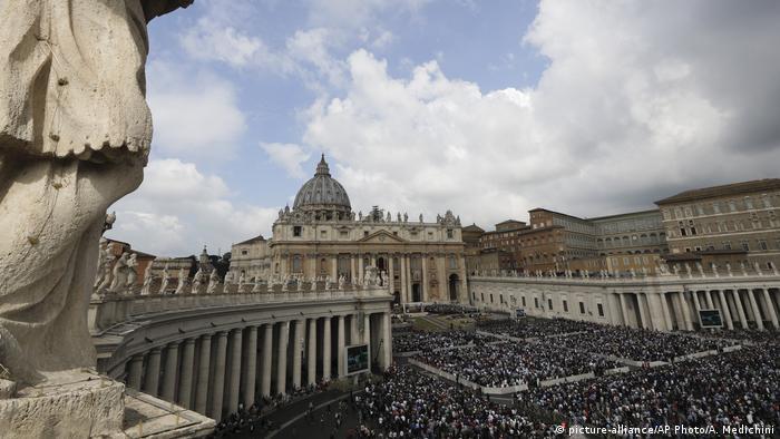 Vatikan Papst Franziskus Ostermesse auf dem Petersplatz (picture-alliance/AP Photo/A. Medichini)