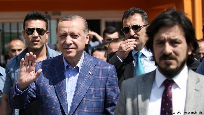 Türkei Referendum Wahllokal in Istanbul Präsident Erdogan (Reuters/A. Konstantinidis)