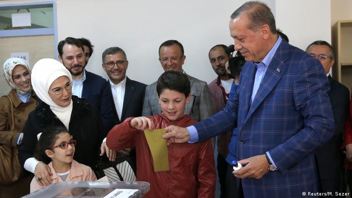 Türkei Referendum Wahllokal in Istanbul Präsident Erdogan (Reuters/M. Sezer)