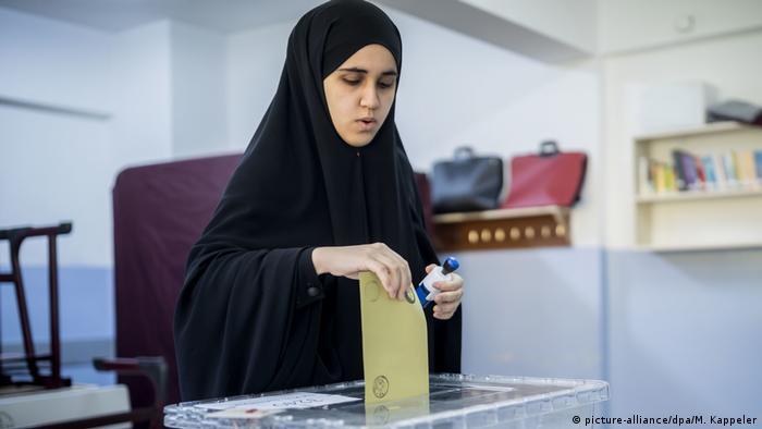 Türkei   Abstimmung über das Referendum (picture-alliance/dpa/M. Kappeler)