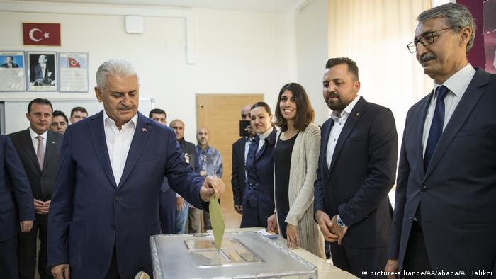 Türkei   Abstimmung über das Referendum (picture-alliance/AA/abaca/A. Balikci)