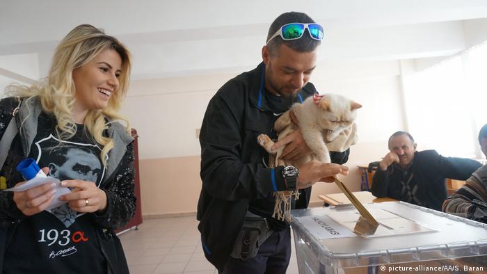 Türkei   Abstimmung über das Referendum (picture-alliance/AA/S. Baran)