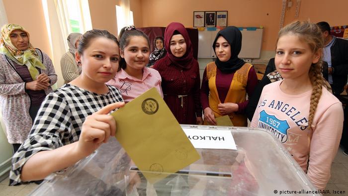 Türkei   Abstimmung über das Referendum (picture-alliance/AA/A. Iscen)