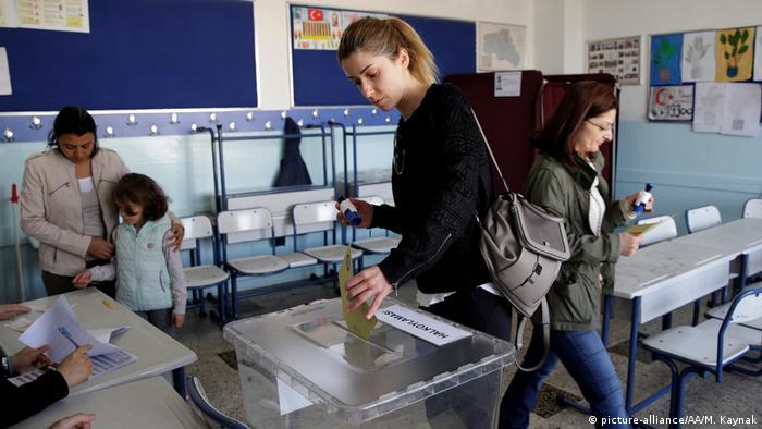 Türkei   Abstimmung über das Referendum (picture-alliance/AA/M. Kaynak)