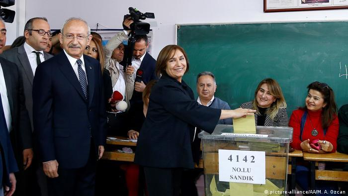 Türkei   Abstimmung über das Referendum (picture-alliance/AA/M. A. Ozcan)